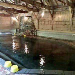 すべてのお風呂が源泉掛け流し!名物大岩風呂で極上の足元湧出を楽しむ【甲子温泉・大黒屋】