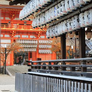 多くの参拝客で賑わう境内と、気ままな神様のいる「祇園さん」【八坂神社】