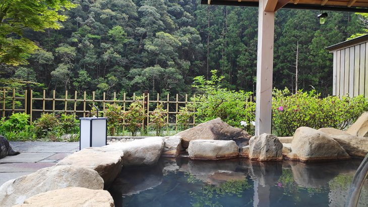 山あいの静かな宿で国産鰻を食し、星を見上げながら源泉かけ流し温泉を堪能す