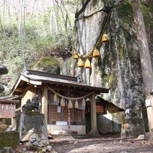 すっぱり割れた石の間を通ると開運する?石割神社と石割の湯